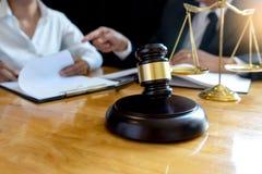 Prawnika lub sędziego młoteczek z balansową pracą zdjęcie royalty free