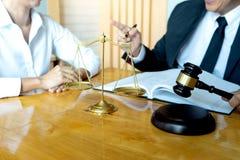 Prawnika lub sędziego młoteczek z balansową pracą z klientem zdjęcia stock