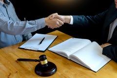 Prawnika lub sędziego młoteczek z balansowym uściskiem dłoni obrazy stock