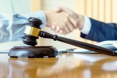 Prawnika lub sędziego młoteczek z balansowym uściskiem dłoni z klientem zdjęcie royalty free