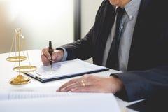 Prawnika sędziego czytanie pisze dokumencie w sądzie przy jego biurkiem Obraz Stock