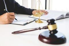 Prawnika sędziego czytanie pisze dokumencie w sądzie przy jego biurkiem Zdjęcia Stock