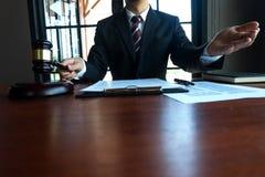 Prawnika tera?niejszy klient z kontraktem tapetuje na stole w biurze konsultanta prawnik, adwokat, dworski s?dzia, poj?cie obrazy stock