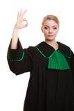 prawo Kobieta prawnik w połysk todze pokazuje ok ok Fotografia Stock
