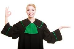 prawo Kobieta prawnik w połysk todze pokazuje ok puste miejsce Fotografia Stock