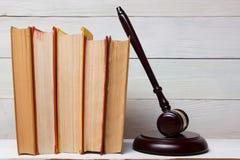 Prawo książka z drewnianym sędziego młoteczkiem na stole w egzekwowania prawa biurze lub sala sądowej Fotografia Stock