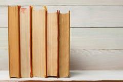 Prawo książka z drewnianym sędziego młoteczkiem na stole w egzekwowania prawa biurze lub sala sądowej Fotografia Royalty Free