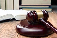 Prawo książka z drewnianym sędziego młoteczkiem na stole w egzekwowania prawa biurze lub sala sądowej Zdjęcie Stock
