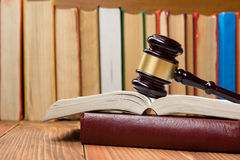 Prawo książka z drewnianym sędziego młoteczkiem na stole w egzekwowania prawa biurze lub sala sądowej Zdjęcia Stock