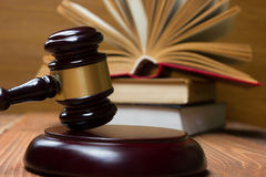 Prawo książka z drewnianym sędziego młoteczkiem na stole w egzekwowania prawa biurze lub sala sądowej Zdjęcie Royalty Free