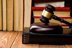 Prawo książka z drewnianym sędziego młoteczkiem na stole w egzekwowania prawa biurze lub sala sądowej Obraz Royalty Free