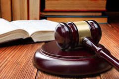 Prawo książka z drewnianym sędziego młoteczkiem na stole w egzekwowania prawa biurze lub sala sądowej Obrazy Royalty Free