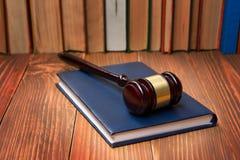 Prawo książka z drewnianym sędziego młoteczkiem na stole w egzekwowania prawa biurze lub sala sądowej Zdjęcia Royalty Free