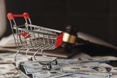 Prawo młoteczek na stercie Amerykański pieniądze obrazy stock