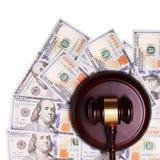 Prawo młoteczek, pieniądze i dolarowi rachunki Fotografia Royalty Free