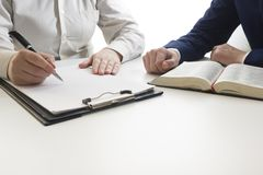 Prawo, rada i usługi prawne pojęcie, Prawnik i adwokat ma drużynowego spotkania przy firmą prawniczą fotografia stock
