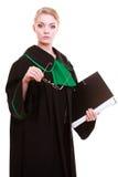 Prawo sąd lub sprawiedliwości pojęcie Młoda kobieta prawnika attorneywith kartoteki falcówka lub dossier odizolowywający na biały Zdjęcia Royalty Free