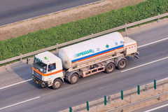 Praxair ciekłego gazu transport na autostradzie, Pekin, Chiny Zdjęcia Stock