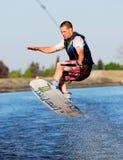 Praxis, die auf ein Wakeboard springt Lizenzfreies Stockbild