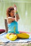 Praxisyoga der jungen Frau im Freien durch den des gesunden vollen K?rperschu? Lebensstilkonzeptes des Sees stockfotos