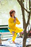 Praxisyogaba der jungen Frau der der Balancenhaltung des Sees sonniger Tagesvolle Körperschuß stockbilder