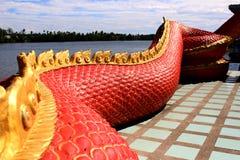 Praya的美好的红色和金子颜色Nark或在泰国寺庙的纳卡语有对日出时间的五颜六色的天空和太阳火光作用的 库存照片