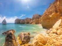 Praya de Marinha多数美丽的海滩在阿尔加威,葡萄牙 在大西洋海岸的峭壁反对天空蔚蓝的 免版税库存图片