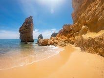 Praya de Marinha la maggior parte di bella spiaggia in Algarve, Portogallo Scogliere sulla costa dell'Oceano Atlantico contro cie immagine stock libera da diritti