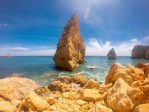 Praya de Marinha la maggior parte di bella spiaggia in Algarve, Portogallo Scogliere sulla costa dell'Oceano Atlantico contro cie fotografia stock libera da diritti