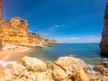 Praya de Marinha la maggior parte di bella spiaggia in Algarve, Portogallo Scogliere sulla costa dell'Oceano Atlantico contro cie immagini stock libere da diritti