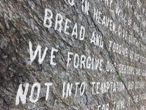 Prayer Carved阁下的在石头的 免版税库存图片
