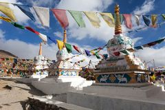 Prayer flags with stupas - Kunzum La pass Stock Photos