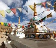 Prayer flags with stupas - Kunzum La pass Royalty Free Stock Photos