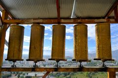 Prayer wheels around monastery in Shigatse, Tibet Stock Photography