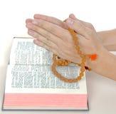 Praying com um rosário Imagens de Stock