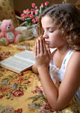 Praying da menina foto de stock royalty free