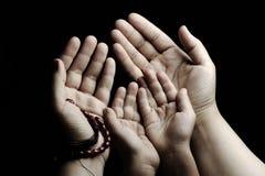 Praying e ensinar, criança e adulto fotografia de stock royalty free