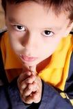 Praying e olhar acima foto de stock