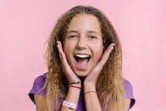 Prazer, felicidade, alegria, vitória, sucesso e sorte Menina adolescente em um fundo cor-de-rosa foto de stock royalty free