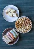 Prazer turco tradicional Halva oriental da sobremesa em uma placa Isolado no fundo Doces orientais da guloseima Alimento saud?vel imagens de stock