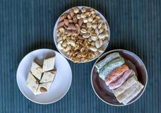 Prazer turco tradicional Halva oriental da sobremesa em uma placa Isolado no fundo Doces orientais da guloseima Alimento saud?vel imagens de stock royalty free