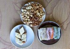 Prazer turco tradicional Halva oriental da sobremesa em uma placa Isolado no fundo Doces orientais da guloseima Alimento saud?vel fotos de stock
