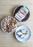 Prazer turco tradicional Halva oriental da sobremesa em uma placa Isolado no fundo Doces orientais da guloseima Alimento saud?vel foto de stock