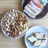 Prazer turco tradicional Halva oriental da sobremesa em uma placa Isolado no fundo Doces orientais da guloseima Alimento saud?vel fotografia de stock royalty free