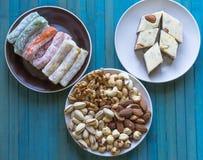 Prazer turco tradicional Halva oriental da sobremesa em uma placa Isolado no fundo Doces orientais da guloseima Alimento saud?vel fotos de stock royalty free
