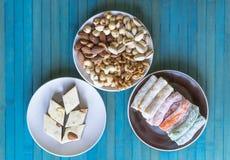 Prazer turco tradicional Halva oriental da sobremesa em uma placa Isolado no fundo Doces orientais da guloseima Alimento saud?vel foto de stock royalty free