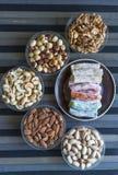 Prazer turco tradicional Sobremesa oriental em uma placa Isolado no fundo Doces orientais da guloseima Alimento saud?vel Mistura  imagens de stock royalty free