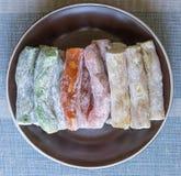 Prazer turco tradicional Sobremesa oriental em uma placa Isolado no fundo Doces orientais da guloseima Mistura saud?vel do alimen imagens de stock