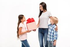 Prazeres da família, mãe, o filho e filha isolados em um fundo branco lugar para a inscrição na caixa fotos de stock royalty free