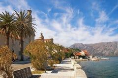Prcanj沿海城市的堤防  海湾kotor montenegro 免版税库存照片